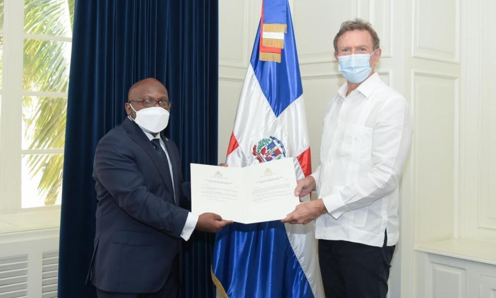 l'ambassadeur-smith-augustin-presente-au-chancelier-dominicain-les-copies-figurees-de-ses-lettres-de-creance